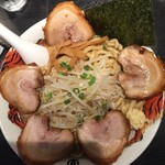 麺屋武蔵 巖虎 - 緑色のリング状の物がパラパラとね。