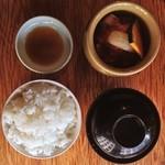 15877214 - 壺漬けランチ全体像                       壺、タレ、わかめスープ、ご飯