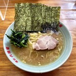 ラーメン六角家 戸塚店 - ラーメン700円味濃いめ油多め。海苔増し100円。
