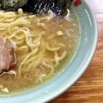 ラーメン六角家 戸塚店 - 鶏油たっぷりのスープ。