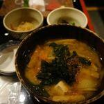 ろばたの炉 - 味噌汁と小鉢が2つ