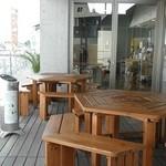 アッカリーオ - ベランダにもテーブル椅子が。