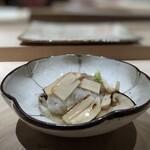 158828445 - ◆湯引きした鱧(宇部)、松茸(岩手)・・鱧は丁寧に骨切りされていて食感もよく美味。松茸もタップリで贅沢な品。 薄味ですので、鱧と松茸の旨味をよく感じます。