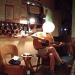 ZAO マイルストーン - 店内と、ギターを弾くマスター