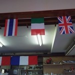 よしつね - 店内には万国旗が