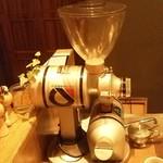 喫茶 アカリマチ - 珈琲豆は、毎日店内で挽かれています。