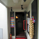 韓国居酒屋 おんま - 入り口に飾ってあるニンニクの束を見るだけでテンション上げ~!