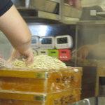 麺や 七彩 - 麺を揉んでます!