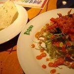 ビスヌ - 付きだし(青い豆の煎餅)とサラダ