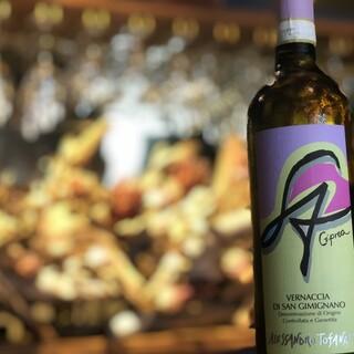 正統派から自然派ワインまで、豊富なワインでお出迎え。