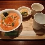 めのか - サーモン親子丼 880円