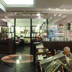 彩園 - 店内の雰囲気。平日16:00頃でもお客さんでにぎわいます。
