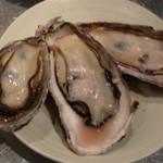 燻製と地ビール 和知 - 今年も入荷しました。まだ小粒ですが、しっかり身は膨らんでいます。相生の極上牡蠣を蒸し牡蠣で。