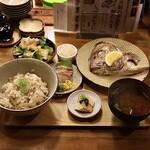 晩酌食堂 Hanaco+ - 真鯛の兜焼きと鯛めし定食(1,200円) 鯛めし大盛り(プラス 200円) 真鯛のお造り・サラダ・小鉢付き