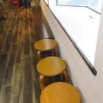 麺や小鉄 - 店内のウェイティングスペース