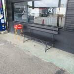 麺や小鉄 - 店外の喫煙スペース