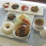 カフェ じゅーんべりー - ふわふわ豆腐ハンバーグにきのこのソースがよくあいます♪
