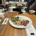 ロイヤルステーキ - テーブル遠景…