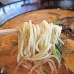 熊本ラーメン館 味千拉麺×桂花ラーメン - 味千ラーメン550円。豚骨スープ自体はあっさり系の白濁豚骨ですが、 焦がしニンニクが効いてますね。