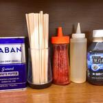 ラーメン二郎 - 左からホワペ、割り箸、一味唐辛子、お酢、私の黒烏龍茶