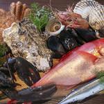 BAR&GRILL BUZZ - その他写真:豊洲市場からのおくり物、新鮮魚介類がたっぷり楽しめる