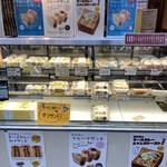 カフェ 呂久呂 - 店頭のサンドイッチのショーケース