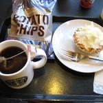 15914716 - ラズベリークリームパイ、ポテトチップスとイングリッシュブレックファースト