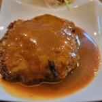 快食空間 makanaiya - ハンバーグで、デミグラスソースかけ