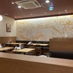 大阪王将 - お店は広く綺麗です 今は15時くらいの一番すいている時間ですね 個人客はカウンターに3名くらい