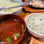 かつ吉 野庵 - 赤出汁味噌汁、青じそご飯、千切りキャベツ、もやし