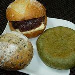 15917948 - (上)大納言と北海道バター 157円、(右)よもぎあんぱん 105円、(左)ごまパン 84円