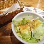 15920351 - 前菜:パン+サラダ