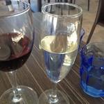 15921409 - テーブルや青いグラスはなかなかステキ