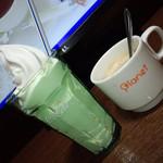 プラネット - 料理写真:冷たいソフトクリームを食べながら温かいコーヒーを飲む