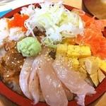 岬水産 - 日替わりランチ丼は、驚愕の500円でこのヴォリューム♪