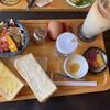 じょあん - 料理写真:フルモーニング アイスカフェラテ500円 バタートースト・ゆで卵選択、りんごサンドクリームトースト追加50円