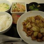 15929057 - 日替りランチ(鶏肉とたまねぎのカレー炒め)
