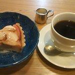 コーヒー 紗蔵 - りんごのタルト380円と本日のストレート珈琲420円