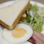 ブレッドガーデン - 料理写真:ベーコンエッグ&サラダ