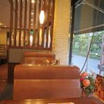 ロイヤルホスト - 店内 西側のテーブル席