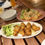 Hawaiian Dining PUROA - 手前:モチコチキン 奥:ガーリックシュリンプ