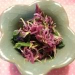 大富農産 - 大富農産の特製わさびパウダーを使って~作ってみました☆もってのほか《山形特産の菊の花びら♡》とほうれん草を、わさび・胡麻油・醤油・昆布茶・青海苔入りのタレで和えました~♡( ´艸`)♡