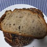 15932692 - ドイツパンを切ったところ けしの実が入っているようです