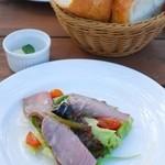 ガーデンレストラン 風舎 - パンとコールドビーフのサラダ