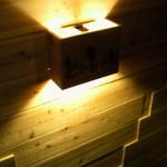ととしぐれ - 階段途中の照明。トロ箱がモチーフ