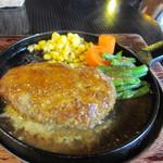 ウォールデン - ハンバーグは醤油ベースのこの店自慢の和風ソースで仕上げられた美味しいハンバーグです。