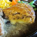 ウォールデン - 肉汁をたっぷり含んだジューシーで柔らかい仕上がりのハンバーグです。