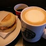 スターバックスコーヒー - チーズソーセージマフィンとスターバックスラテ