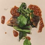 159391985 - 食感の違いを楽しむ一皿。パリパリに焼かれた鰻とほうれん草を生姜のソースで。