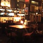 15940054 - 暗めでラーメン屋さんっぽくない店内
